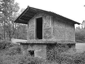 Hórreo de ladrillo, O Pino