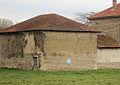 Hauterives (Drôme) Bâtiment en pisé et galets en arête-de-poisson.JPG