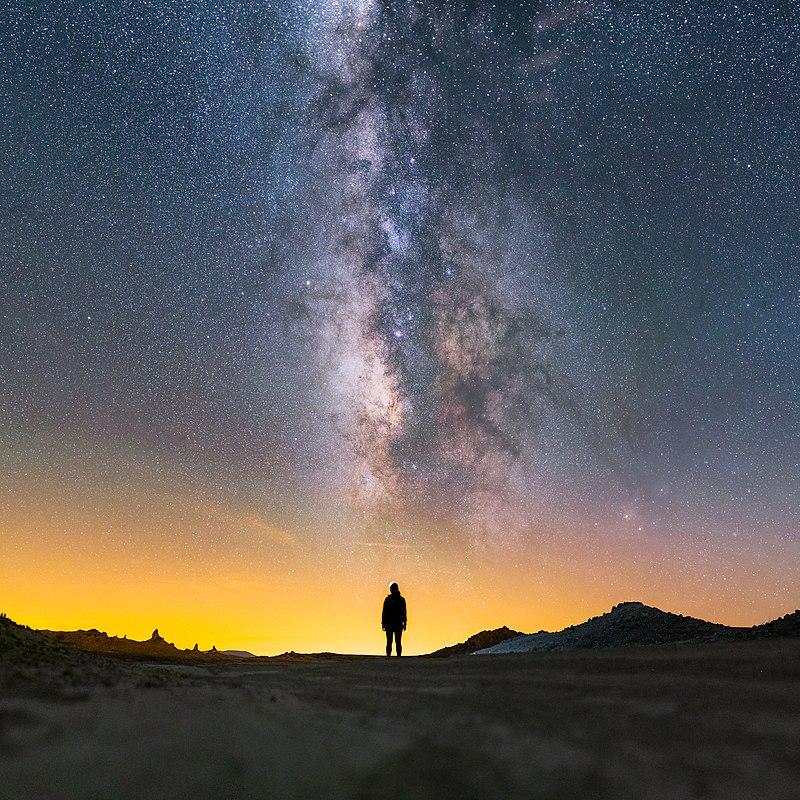 Silhouette face à la Voie lactée, dans le désert des Mojaves (Californie).  (définition réelle 7748×7748)