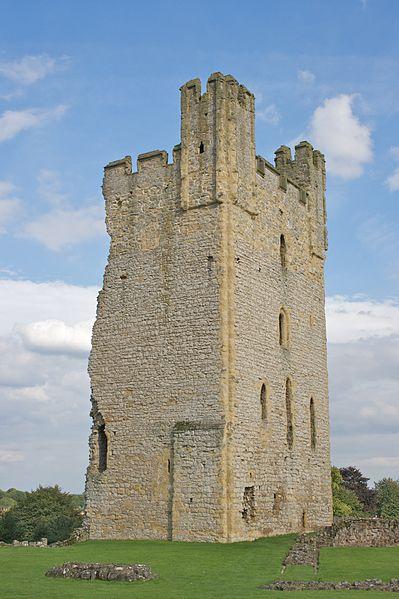 File:Helmsley Castle - East Tower.jpg