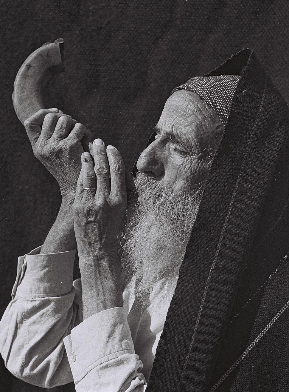 JEWISH MAN BLOWING THE SHOFAR