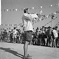 Jamboree 1963 te Marathon Griekenland Zwitsers met volkszang en dans op hun zit, Bestanddeelnr 915-4375.jpg