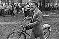 Janmaat (Centrum Partij) met zijn fiets, Bestanddeelnr 932-3199.jpg