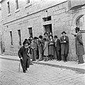 Jeruzalem. Discussiërende leerlingen van een Jeshiwa (een Talmoed hogeschool) vo, Bestanddeelnr 255-0389.jpg