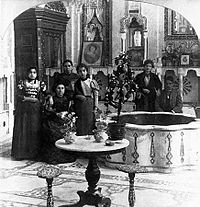 A Jewish family in دمشق, pictured in their ancient Damascene home, in Ottoman Syria, 1901.