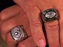 Joe Theismann, quarterback dei Washington Redskins, con gli anelli che celebrano la vittoria della propria Conference e del Super Bowl nel 1983