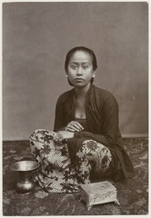 KITLV 28542 - Kassian Céphas - Studio picture of a young woman, presumably at Yogyakarta - Around 1900.tif