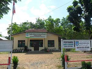 Papan Judul Dalam Bahasa Banjar Dengan Huruf Jawi Pojok Kanan Di Kantor Desa Lok Tamu Kecamatan Mataraman Kabupaten Banjar Kalimantan Selatan