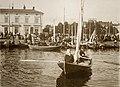 Kauppatori, torikauppaa ja veneitä Kolera-altaan reunalla - G30243 - hkm.HKMS000005-km0000pd21.jpg