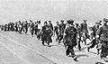 Kolumna Żydów pędzona pieszo do obozu zagłady.jpg