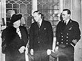 Koningin Wilhelmina (links) en Harry Lloyd Hopkins (midden), persoonlijk gezant , Bestanddeelnr 900-0379.jpg