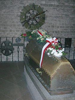 https://upload.wikimedia.org/wikipedia/commons/thumb/5/56/Krypta_Pilsudski_Wawel.jpg/250px-Krypta_Pilsudski_Wawel.jpg
