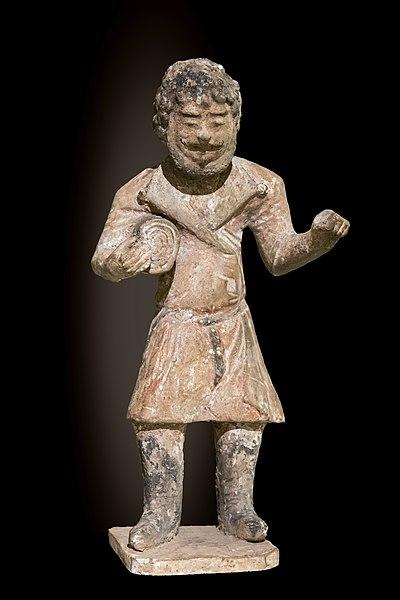 File:Labit - Mingqi - Statuette funéraire - Marchand de tissus - Dynastie Tang - Inv.76 2 1.jpg