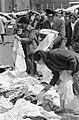 Lappies Keren van een zomerjurk op het Waterlooplein, Bestanddeelnr 911-4154.jpg