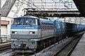 Loc EF66 118 met de containertrein nr. 2053 (Toyota Longpass Express) naar Nagoya-Minami rijdt door station Ōfuna, -17 maart 2017 a.jpg