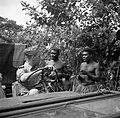 Luitenant Post in een jeep in gesprek met twee inheemse mannen in Suriname, Bestanddeelnr 252-6403.jpg