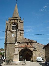 Luriecq, l'église avec sa porche et le monument aux morts.JPG