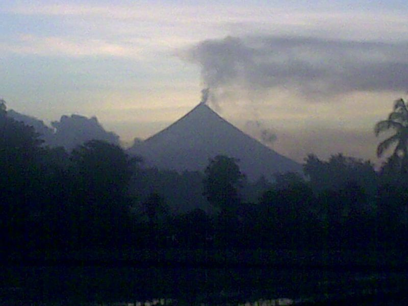 File:MayonVolcanoIn2009.jpg