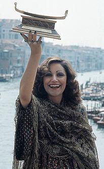 Mia Martini posa a Venezia nel settembre del 1973 con la Gondola D'Oro, vinta con il singolo ''Donna sola'' l'anno precedente