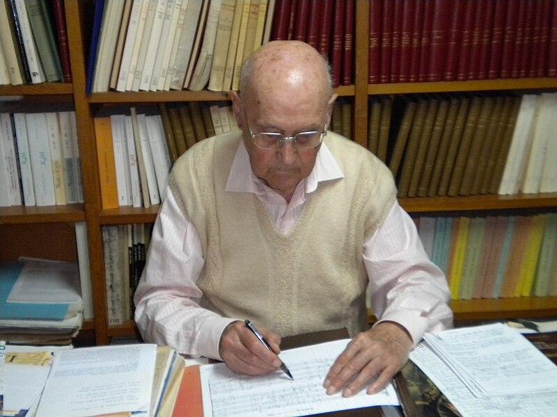 File:Mossèn Llorens escrivint.JPG