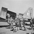 Nederlandse militairen bij hun vertrek per vliegtuig van Batavia naar Bandoeng, Bestanddeelnr 255-6778.jpg
