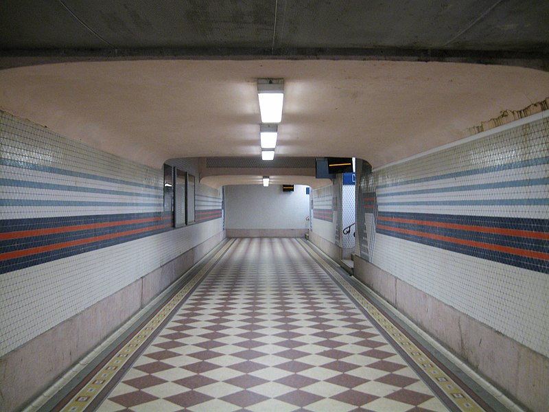 Couloir souterrain d'accès aux quais, gare de Nevers, Nièvre, France