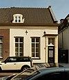 foto van Rechter gedeelte van een woonhuis van begane-grond met hoog zadeldak tussen puntgevels