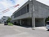 左奥の建物がゆいレール展示館。右の建物はゆいレールを運行する沖縄都市モノレール株式会社の本社