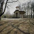Overzicht van de koepel, voorzijde met opengewerkte aedicula boven de ingangspartij - Austerlitz - 20396518 - RCE.jpg