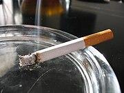 سیگار از بالا میسوزد و به شکل خاکستر درمیآید.