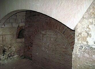 Picquigny - Image: Picquigny château (âtre de cheminée de la cuisine) 1
