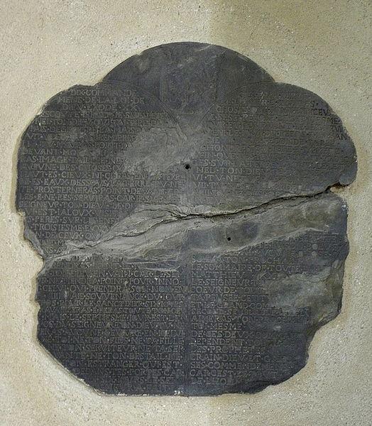 Église Saint-Martin de Pommerieux (53). Plaque de schiste gravée des dix commandements.