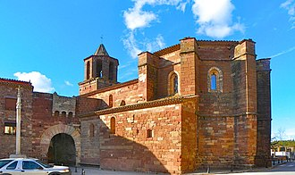 Prades, Baix Camp - Image: Portal i Església de pedra roja a Prades