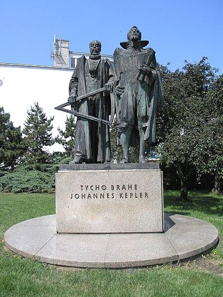 File:Praha, Hradčany - Tycho Brahe a Johannes Kepler.jpg