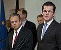 Pressestatement BM zu Guttenberg anlässlich der Übergabe des Berichtes der Strukturkommission.jpg