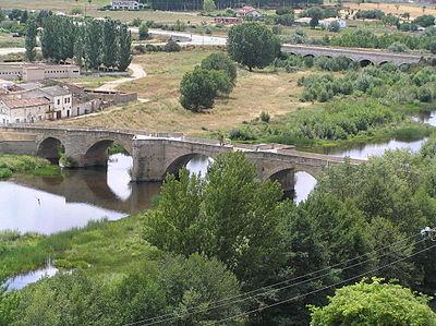 400px Puente antiguo sobre el r%C3%ADo %C3%81gueda %28Ciudad Rodrigo%29