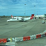 QantasLink Q400 VH-QOE at BNE (30658917851).jpg