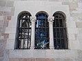 Római katolikus templom, bélletes oldalkapuzat tükrőzödik egy hármas ablakban, 2017 Lébény.jpg