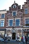 Pand met aan de marktzijde verdienstelijke neo-gotische bakstenen gevel