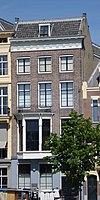 foto van Koopmanshuis, doorlopend naar Wijnstraat 14, met eenvoudige gevel, afgesloten door een houten kroonlijst met triglyphen en metopen