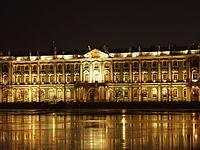 Sankt-Petersburg Eremitage by night.JPG