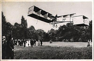 Santos Dumont voa em seu 14-bis - Campo de Bagatelle - 1-13792-0000-0000, Acervo do Museu Paulista da USP.jpg