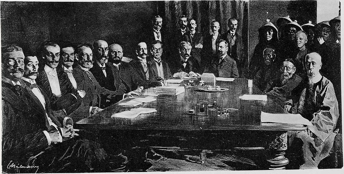 Suasana penandatanganan Protokol Boxer yang merugikan pihak pemberontak Boxer. Duduk di kiri adalah perwakilan kekuatan asing termasuk Jepang (kedua), dan paling kanan adalah Yikuang (Prince Qing).(kredit foto via: https://commons.wikimedia.org/wiki/File:Signing_of_the_Boxer_Protocol_7_September_1901.jpg)