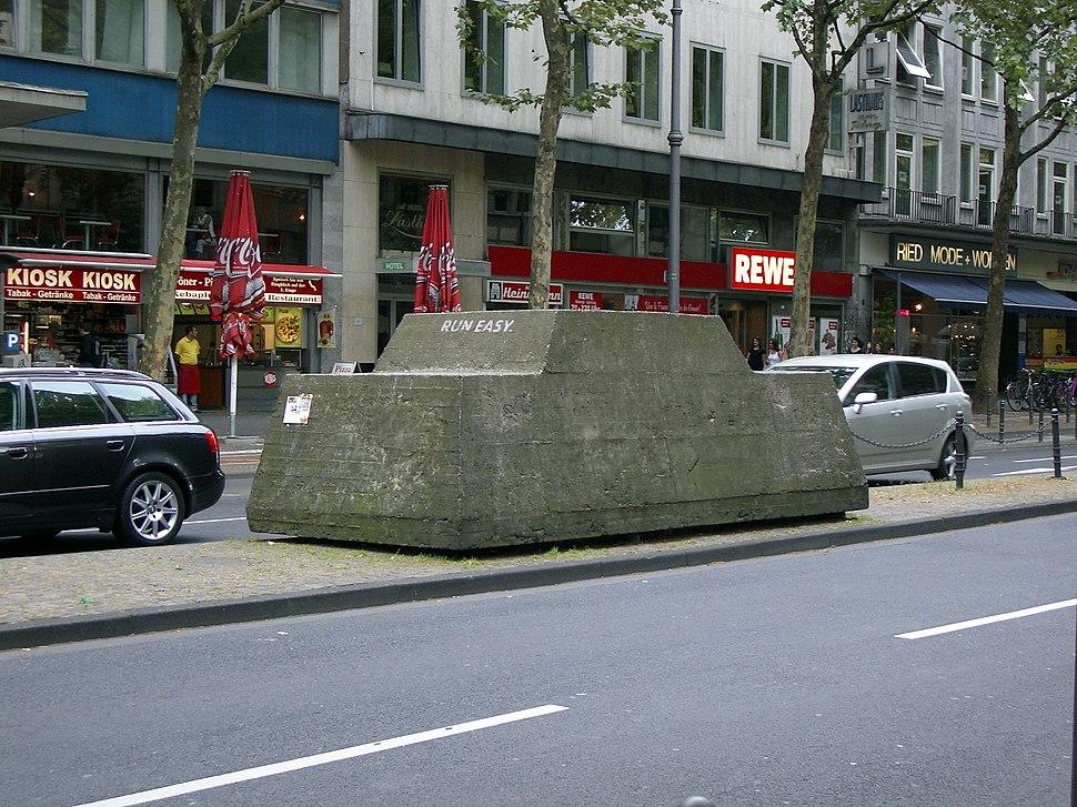 Skulptur Ruhender Verkehr Koeln2007