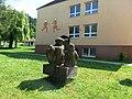 Střílky, sousoší před školou.jpg