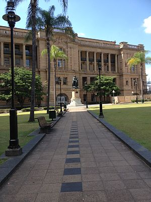 Queens Gardens, Brisbane - Queens Gardens, looking along the diagonal path to the state of Queensland Victoria and the former Land Administration Building (now Heritage Hotel) beyond, 2013