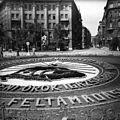 Szabadság tér, irredenta emlékhely virágokból, szemben a Honvéd utca. Fortepan 100462.jpg