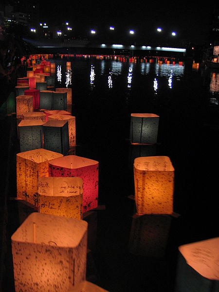 File:Tōrō nagashi Hiroshima.JPG Floating lanterns: Tōrō nagashi float in the river in Hiroshima, as part of the Hiroshima Peace Memorial Ceremony in 2009. Photo: 藤谷良秀(Yoshihide Fujitani) /source