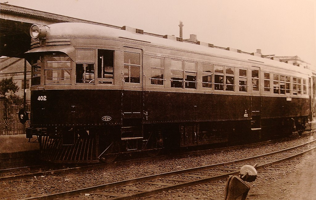 https://upload.wikimedia.org/wikipedia/commons/thumb/5/56/Taiwan_Railway_large-sized_petroleum-powered_Kiha_400_railcar_by_Kawasaki_Heavy_Industries.jpg/1024px-Taiwan_Railway_large-sized_petroleum-powered_Kiha_400_railcar_by_Kawasaki_Heavy_Industries.jpg