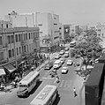 Tel Aviv. Stadsverkeer op de Allenby Road met gezicht op winkels, een bioscoop e, Bestanddeelnr 255-1779.jpg